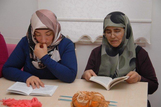Bu Kursa Katılan Kadınlar Kitap Okuyor