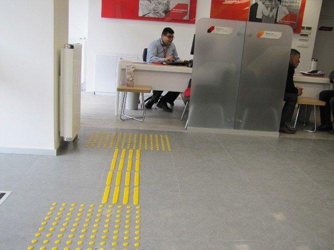 Ziraat Bankası'na Engelli Rampası Ve Sarı Şerit