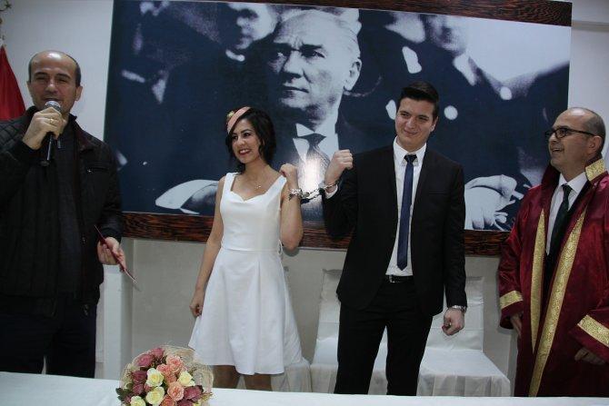 Genç çifte düğünde kelepçe taktılar