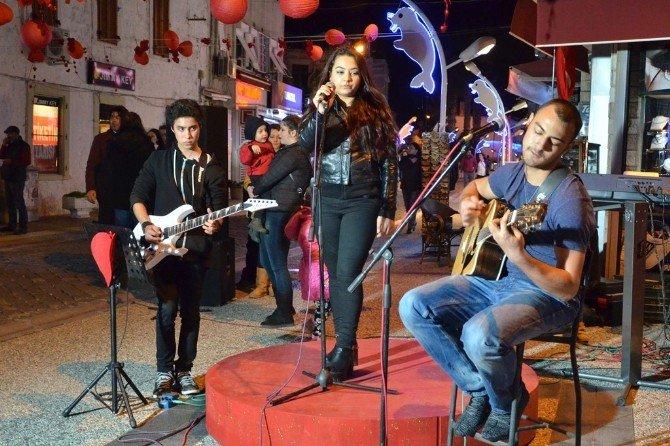 Foça'da Sevgililer Günü Şarkılarla Kutlandı