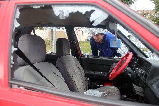 Otomobilin Bütün Camlarını Kırdılar