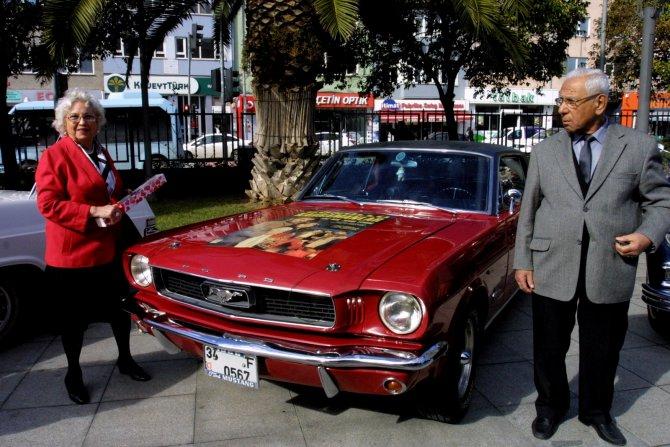Yaşlı çiftler, sevgililer gününü yarım asırlık klasik otomobillerle kutladı