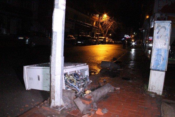 Lüks Otomobil Yoldan Çıkıp Elektrik Panolarını Devirdi