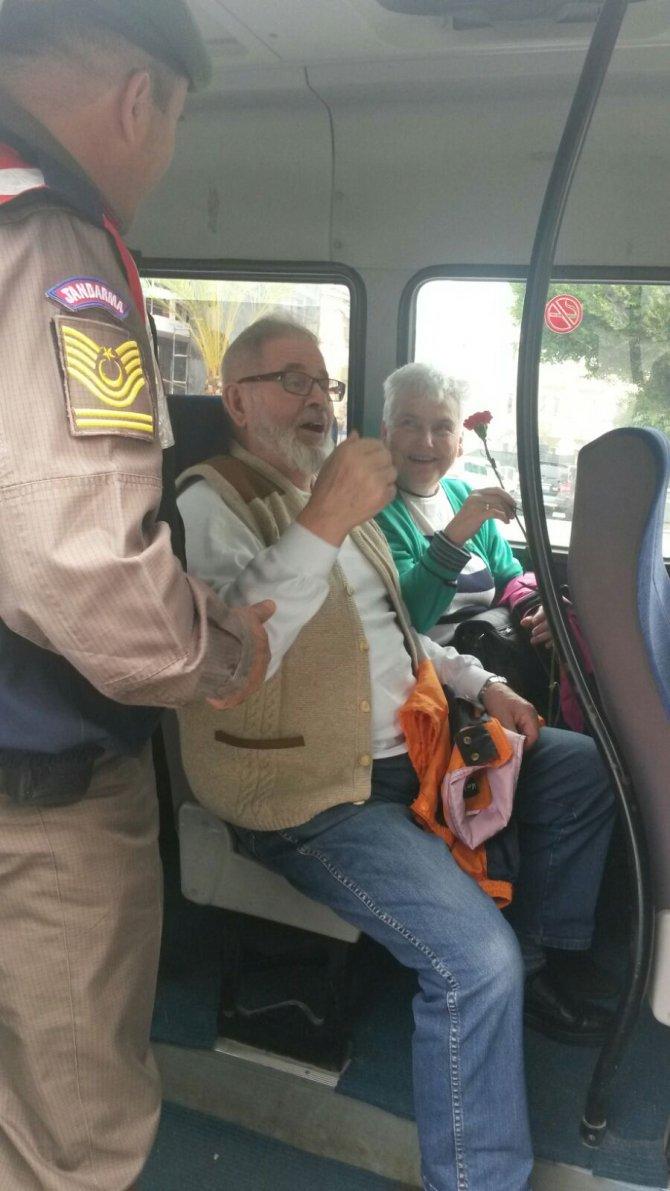 Jandarma trafik ekipleri, Sevgililer Günü'nde sürücülere karanfil verdi