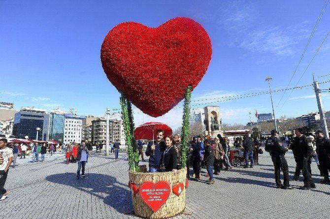 Sevgililer Aşklarını Taksim'de Ölümsüzleştirdi