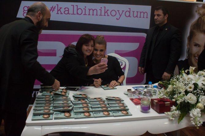 Gülben Ergen 14 Şubat Sevgililer Günü'nde hayranlarıyla buluştu