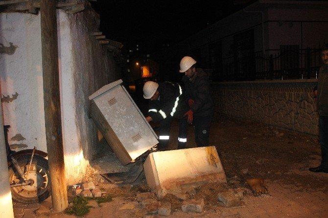 Trafik Kazası Mahalleyi Elektriksiz Bıraktı