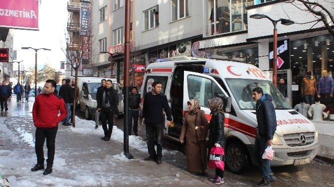 Başına Buz Kütlesi Düşen Kadın Ağır Yaralandı