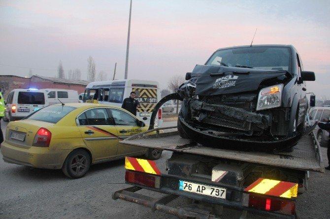 Taksiyle Öğrenci Servisi Çarpıştı: 4 Yaralı