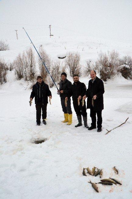 Buzları Kırıp Balık Avlıyorlar