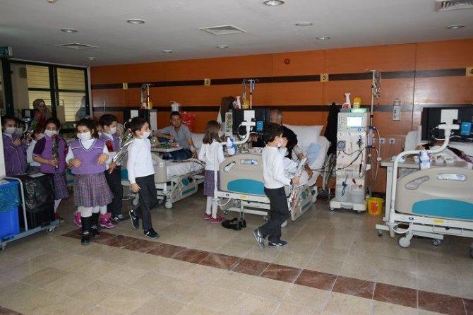 Minik öğrencilerden diyaliz hastalarına ziyaret
