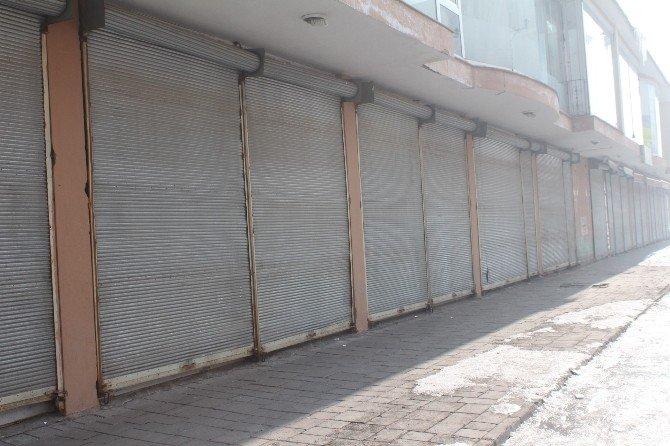 Yüksekova'da Kepenkler Açılmadı