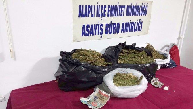 Polisten kaçan otomobilde 15 kilo uyuşturucu madde ele geçirildi