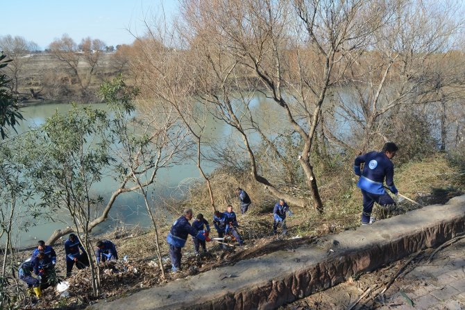 Büyükşehir, Ceyhan Nehrinin kıyılarını temizliyor