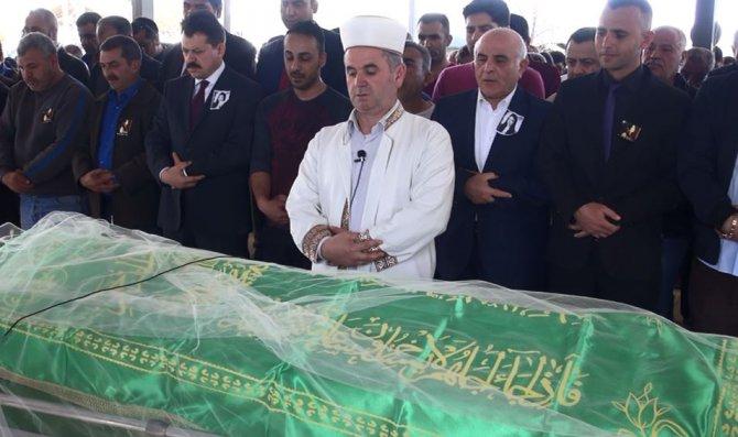 Dövülerek öldürülen Türkan'ın duvaklı tabutunu kadınlar taşıdı