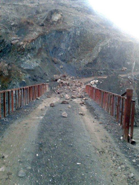 Dağdan Kopan Kaya Parçası Köprünün Üzerine Düştü