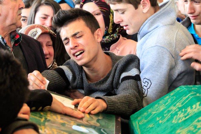 AVM'nin üst katından atlayan genç, gözyaşları içinde toprağa verildi