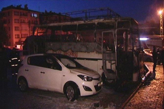 Ankara'da park halindeki minibüs yandı, 5 araç zarar gördü