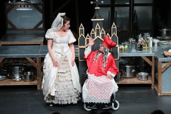 Antalya Şehir Tiyatrosu'ndan Kahkaha Dolu Gala