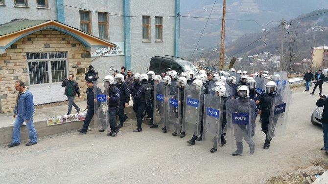Maden istemeyen eylemcilere polisten gazlı müdahale