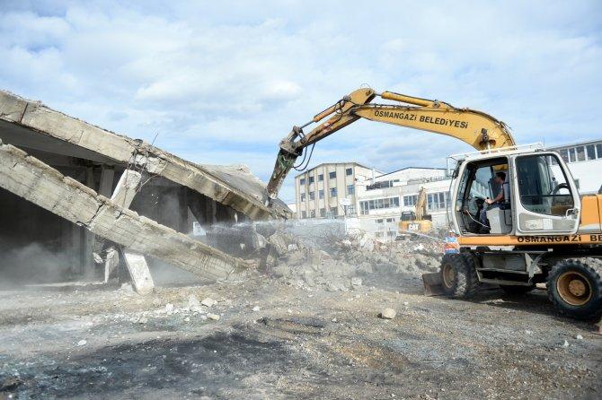 Yol üzerine yapılan iki fabrika binası yıkıldı