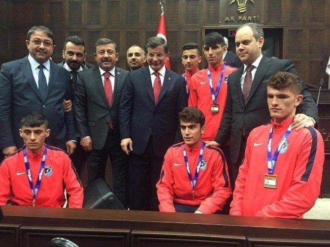 Darıcalı Atletler Kupayı Başbakan Davutoğlu'na Götürdü