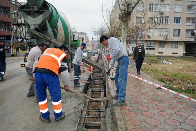 Kozan'da kaldırım kenarlarına yağmur suyu ızgaraları döşeniyor
