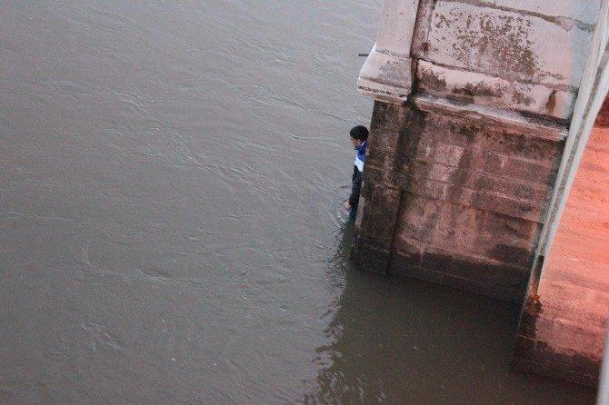 Meriç Nehri'nde Mahsur Kalan Genç, Kurtarılmamak İçin 4 Saat Direndi