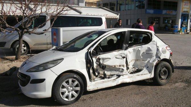 Hasta taşıyan ambulans ile otomobil çarpıştı: 5 yaralı