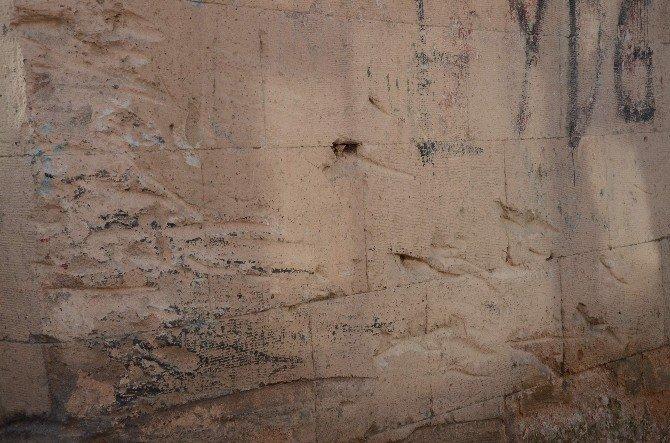 Odunpazarı'nda Dar Yol Araçlara Da Külliyeye De Zarar Veriyor