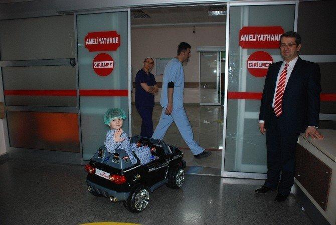 Akülü Araba İle Ameliyathaneye Gidiyorlar
