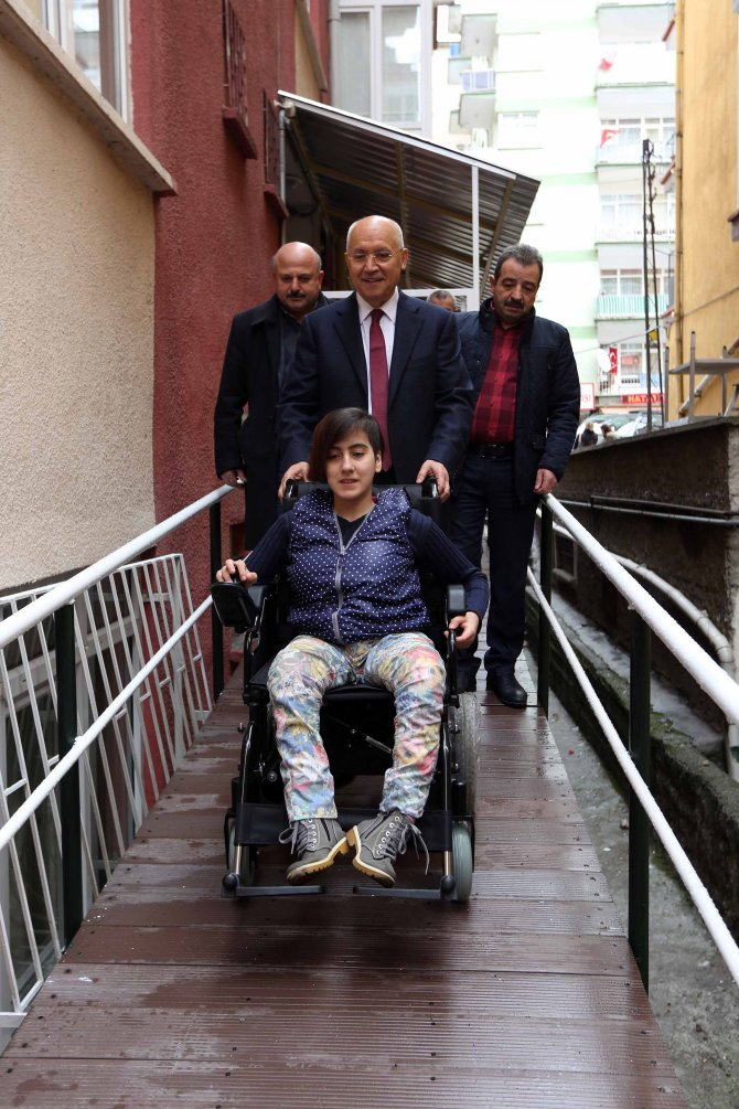 Başkan Yaşar, bedensel engelli Sinem'e verdiği sözü tuttu
