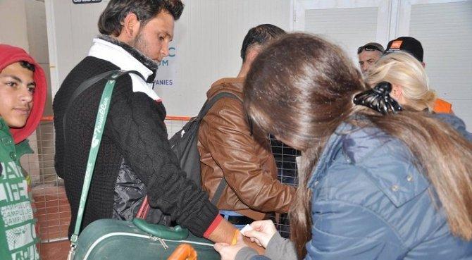 Mültecilerin kaydı 'turuncu bileklik' takılarak yapılıyor