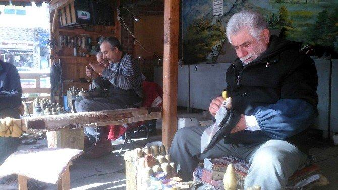 Ayakkabı Boyayarak Ekmek Paralarını Çıkarıyorlar