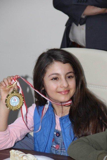 Şampiyon Miniklerden Milli Eğitim Müdürü Bayrak'a Ziyaret