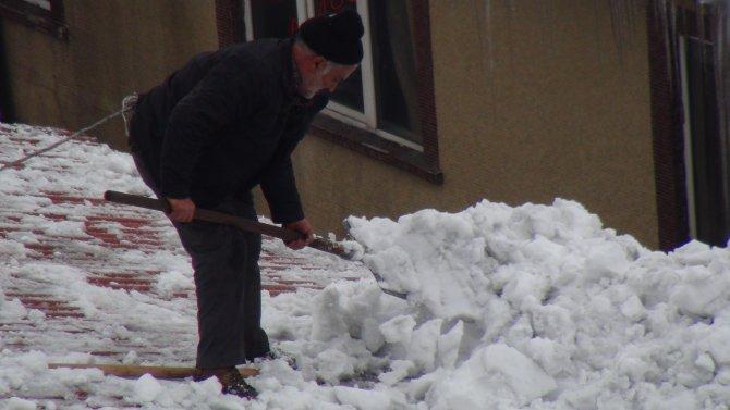 Ekmeklerini çatıda biriken karları temizleyerek çıkarıyorlar