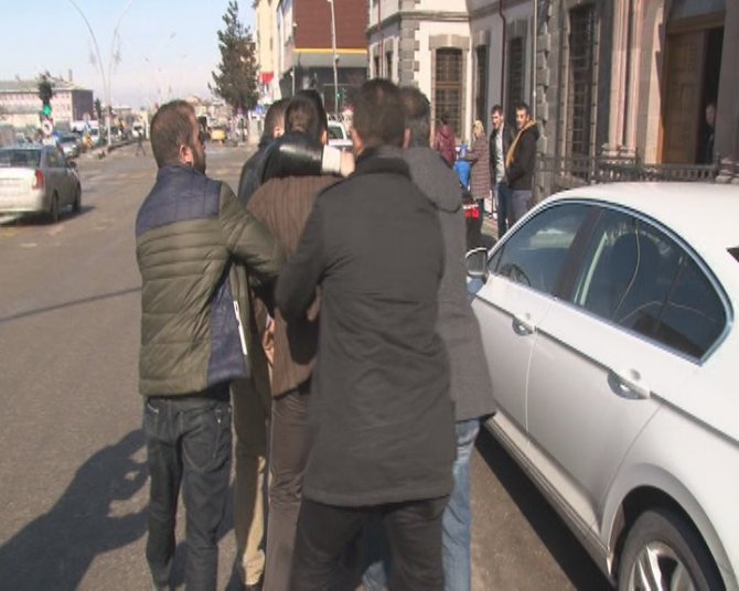 Erzurum'da babası gözaltına alınan çocuğu polis teselli etti