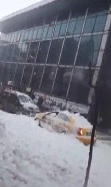 Çatından Düşen Kar Kütlesi Otomobili Hurdaya Çevirdi, Sürücü Yaralandı