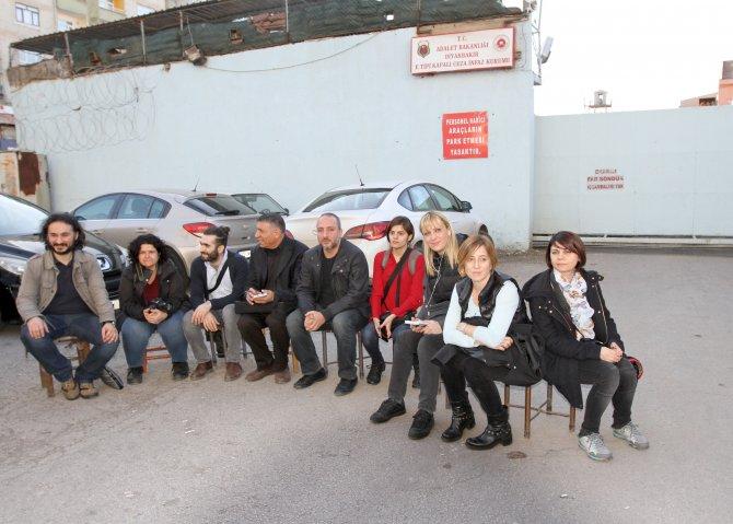 Gazeteciler, Diyarbakır Cezaevi önünde haber nöbeti tuttu