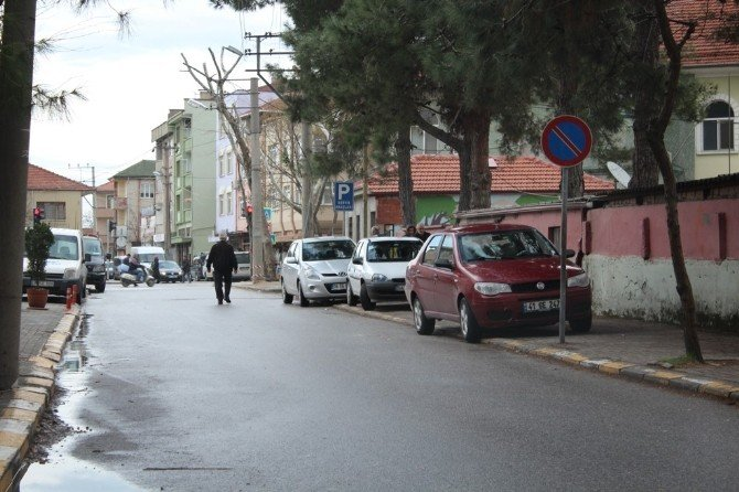 Bu Sokakta Araçlar Kaldırımda, Yayalar Yolda