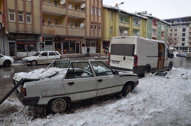 Çatıdan Düşen Kar Kütlesi Araçları Hurdaya Çevirdi