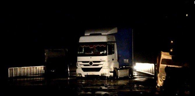 Bitüm Malzemesi Yola Aktı, Araçlar Mahsur Kaldı