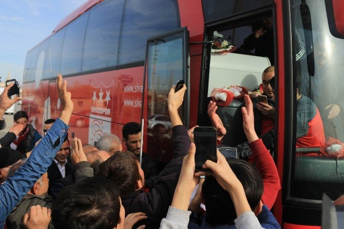 Medicana Sivasspor'a Taraftardan Coşkulu Uğurlama