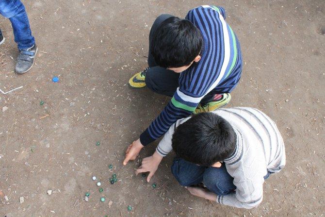 Sınırın kıyısında misket yuvarlayan çocuklar da var: Hem korkuyor hem oynuyoruz