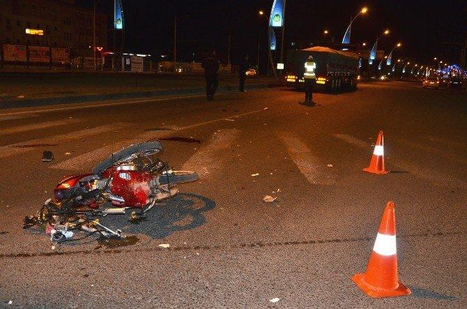 Motosiklet, Tır'ın Tekerine Çarptı: 2 Ağır Yaralı