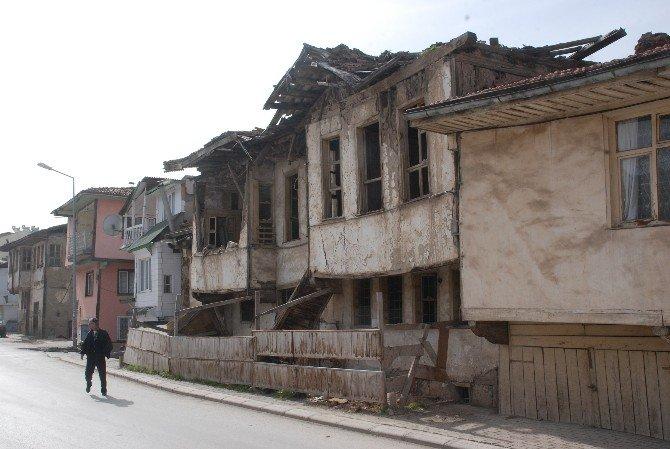 Yıkılmak Üzere Olan Ev Tehlike Saçıyor
