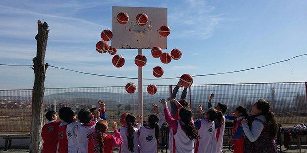 Basketbol federasyonu miniklere sürpriz yaptı