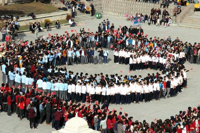 3 bin öğrenci hep bir ağızdan İstiklal Marşı'nın son kıtasını okudu