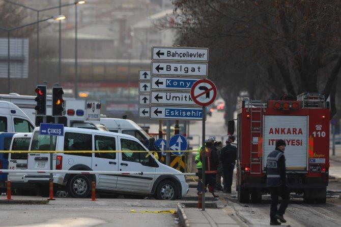 Patlamada yanan servis aracı TIR'la olay yerinden taşındı