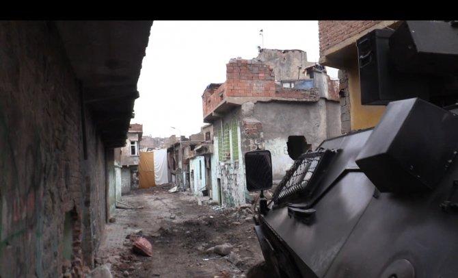 Askerden, Sur'da PKK'lılara çağrı: Gençler, teröre son verin, teslim olun